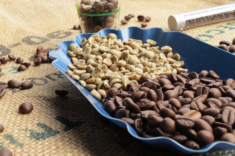 zielona i czarna kawa